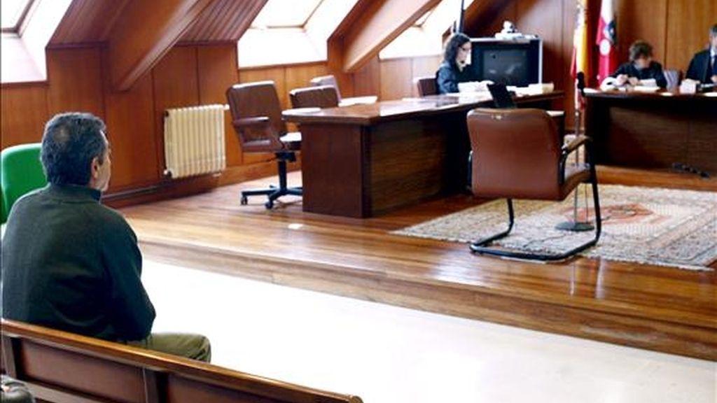 Imagen de un internauta (i) de Basauri (Vizcaya), durante el juicio que se siguió contra él el pasado 13 de enero en la Audiencia de Cantabria por corrupción de menores. EFE