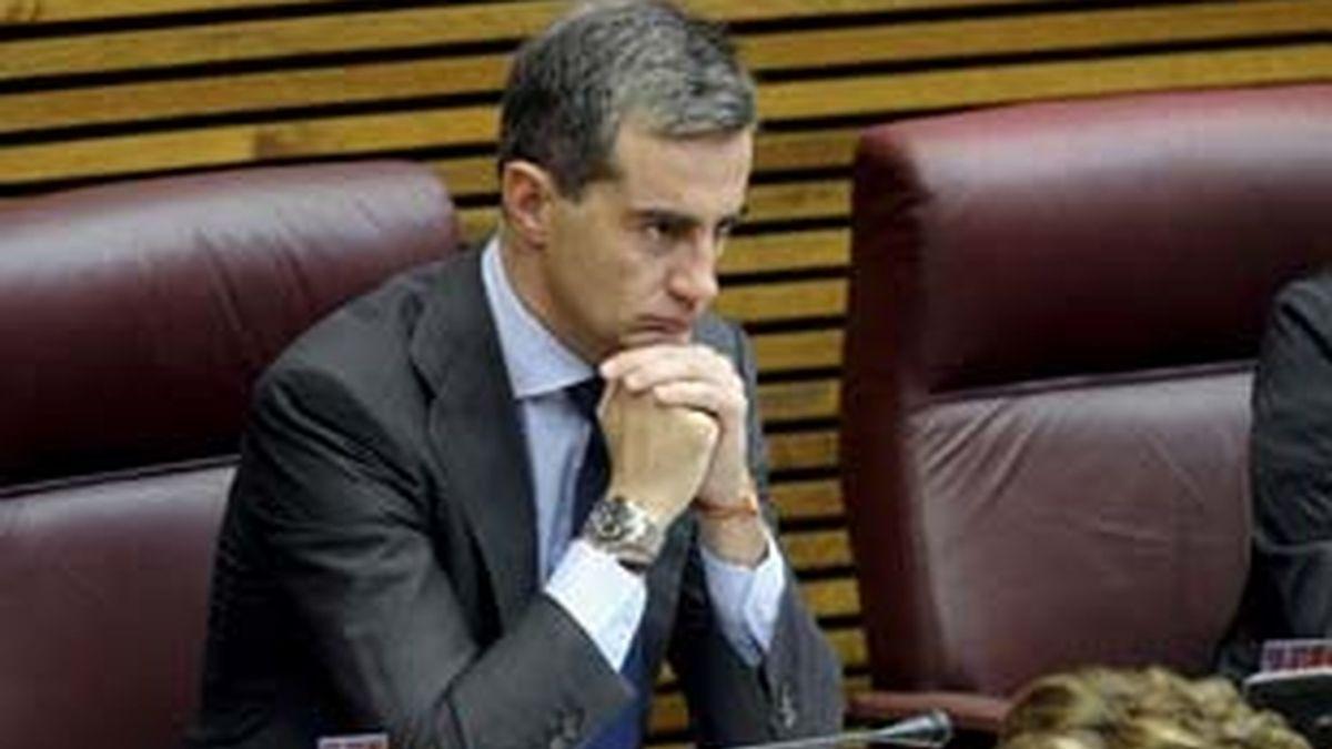 Ricardo Costa, sentado en su escaño en la última fila de la cámara autonómica. Foto: EFE