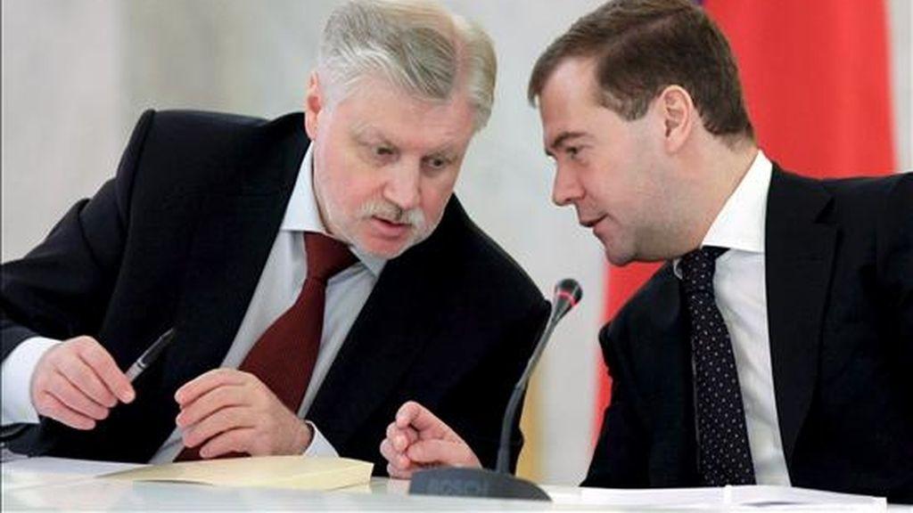 El presidente de Rusia, Dmitry Medvedev, (d), conversa con el presidente del Consejo de Federación. EFE/Archivo