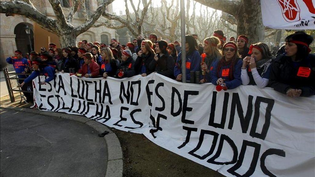 Unos 200 trabajadores de la fabrica de motocicletas Yamaha manifestándose ante el Parlament de Cataluña. EFE/Archivo