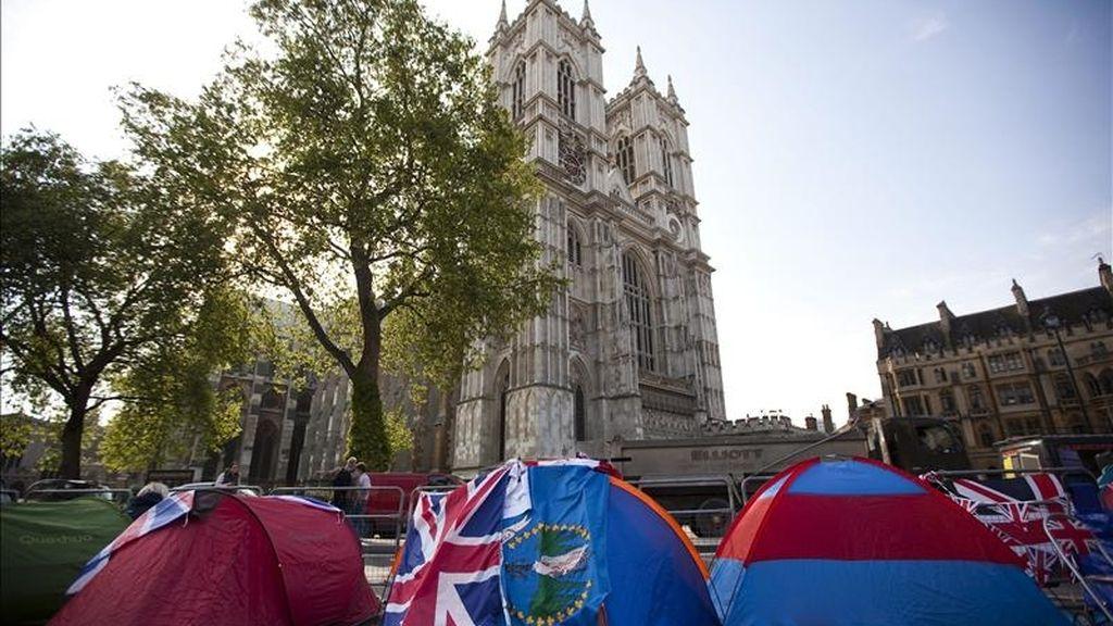 Tiendas de campaña con la bandera inglesa colocadas frente a la abadía de Westminster, donde hoy contraerán matrimonio el príncipe Guillermo de Inglaterra y su prometida, Kate Middleton, en Londres. EFE