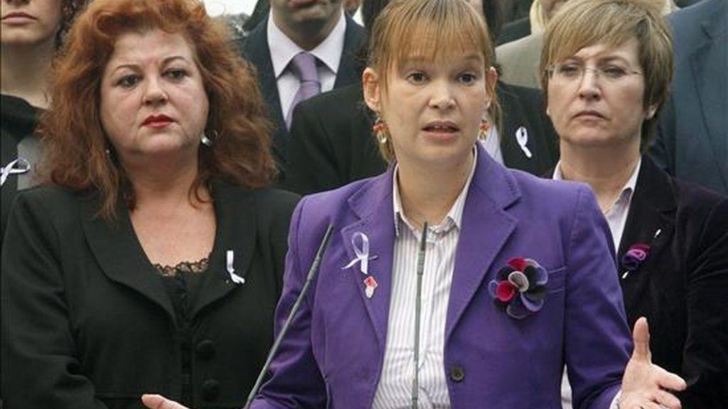 La ministra de Sanidad, Política Social e Igualdad, Leire Pajín (c), durante su intervención en el acto de homenaje a las 64 mujeres que han sido asesinadas por sus parejas o ex parejas en lo que va de año, que se rindió hoy en el Instituto de la Mujer, con motivo de la celebración del Día Internacional contra la Violencia de Género. EFE