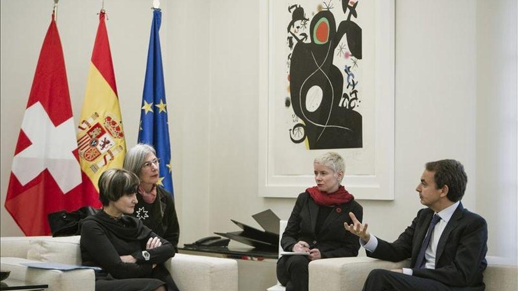 El presidente del Gobierno, José Luis Rodríguez Zapatero, conversa con la presidenta de la Confederación Helvética, Micheline Calmy-Rey (i), durante la reunión que mantuvieron hoy en el Palacio de la Moncloa. EFE