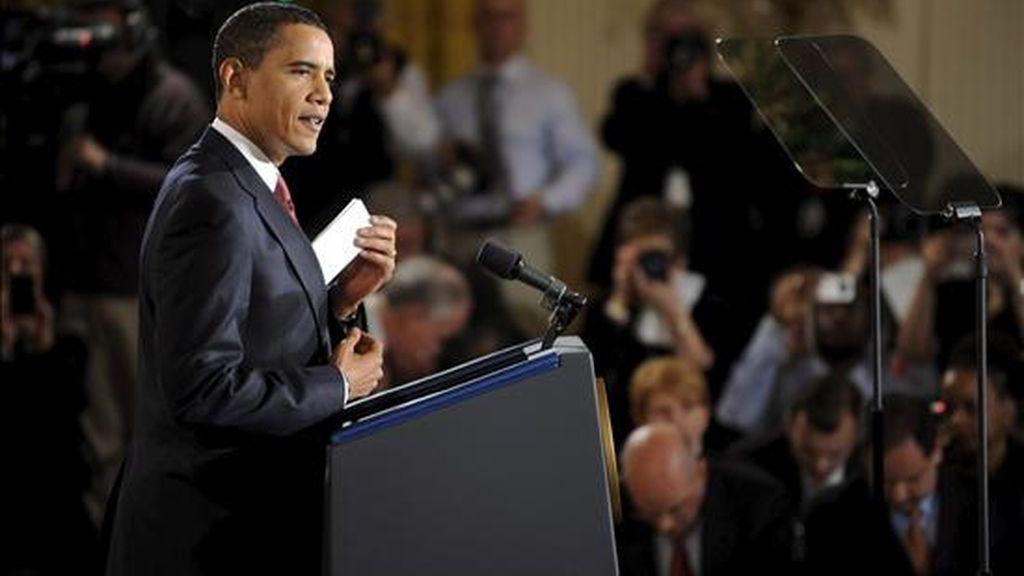 """El presidente de EE.UU., Barack Obama, habla hoy durante su primera rueda de prensa en el Salón Este de la Casa Blanca de Washington, DC (EE.UU.). Obama afirmó hoy que """"el Gobierno federal es la única entidad que queda con los recursos para resucitar"""" la economía estadounidense. EFE"""