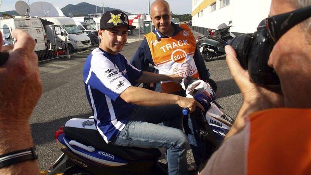 El piloto español de MotoGP, Jorge Lorenzo, posan para un fotógrafo antes de la rueda de prensa ofrecida en el circuito de Estoril, Portugal. El Gran Premio de Portugal se disputa el 1 de mayo de 2011. EFE