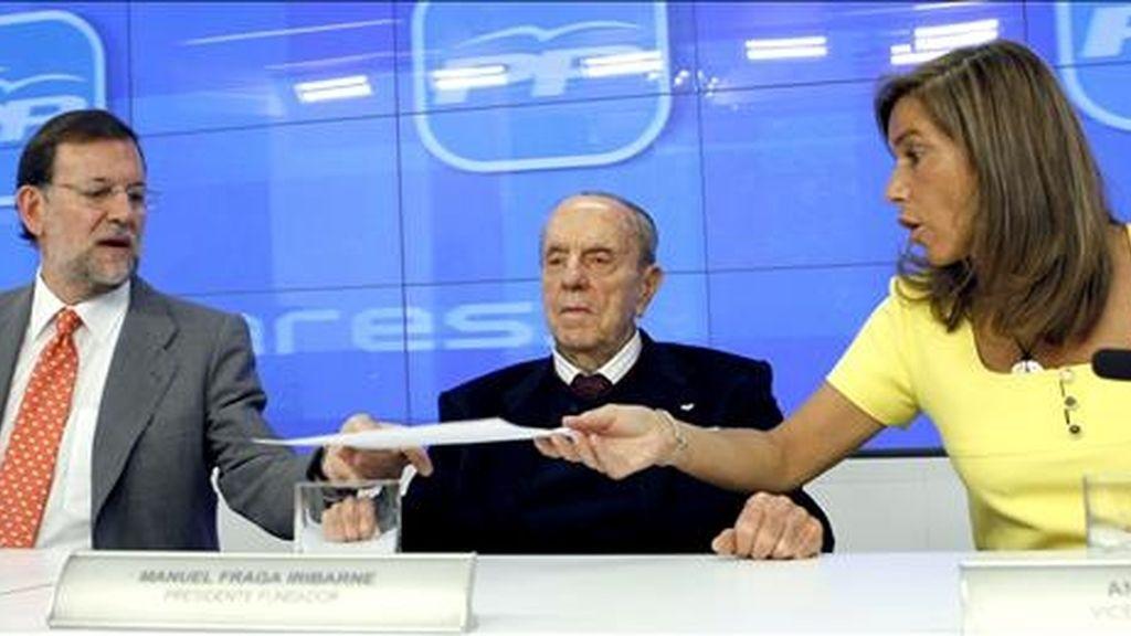 El presidente del Partido Popular, Mariano Rajoy (i), acompañado del presidente Fundador del partido, Manuel Fraga y la vicesecretaria de Organización, Ana Mato, durante la reunión de la Junta Directiva Nacional del PP hoy en Madrid. EFE