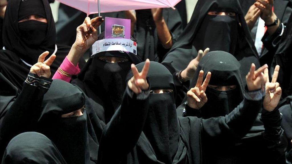 Opositoras yemeníes se manifiestan contra el régimen del presidente yemení Ali Abdalá Saleh, en Saná, Yemen, hoy. EFE