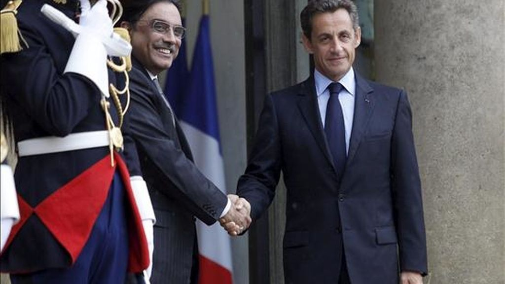 El presidente francés, Nicolás Sarkozy (d), recibiendo al de Pakistán, Asif Ali Zardari, en el palacio del Elíseo en París este lunes. EFE