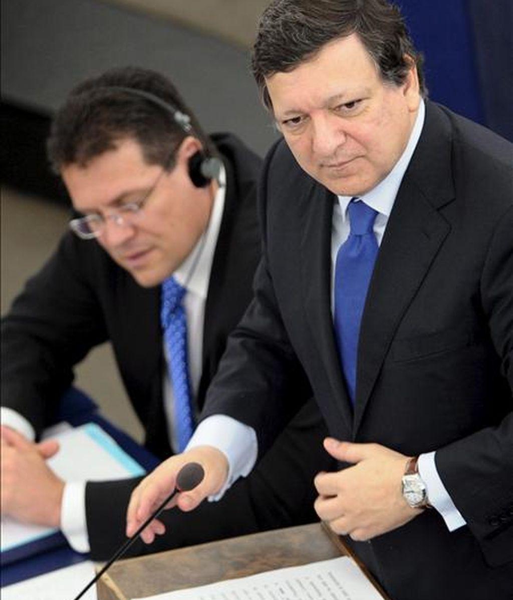 El presidente de la Comisión Europea, José Manuel Durao Barroso (d), pronuncia un discurso ante el pleno del Parlamento Europeo en Estrasburgo (Francia). Durante la sesión plenaria, el presidente del gobierno español, José Luis Rodríguez Zapatero, hizo balance de la presidencia española de la UE y se someterá al examen de los eurodiputados. EFE