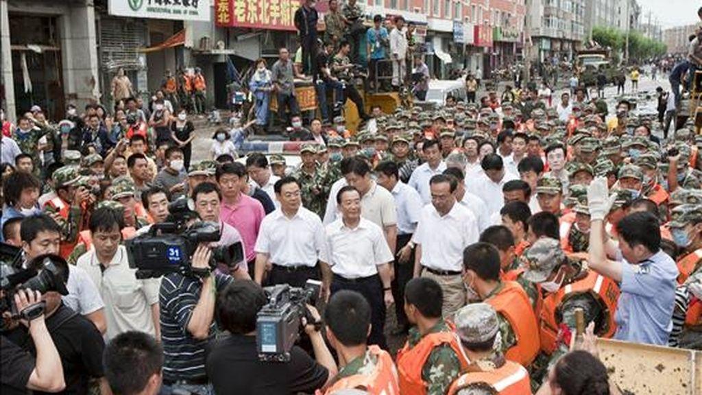 El primer ministro chino Wen Jiabao (c) visita el condado de Yongji, en la provincia nororiental de Jilin, región fuertemente afectada por las inundaciones. Las lluvias en China, las peores desde 1998, hasta el momento han causado centenares de muertes y desaparecidos. EFE