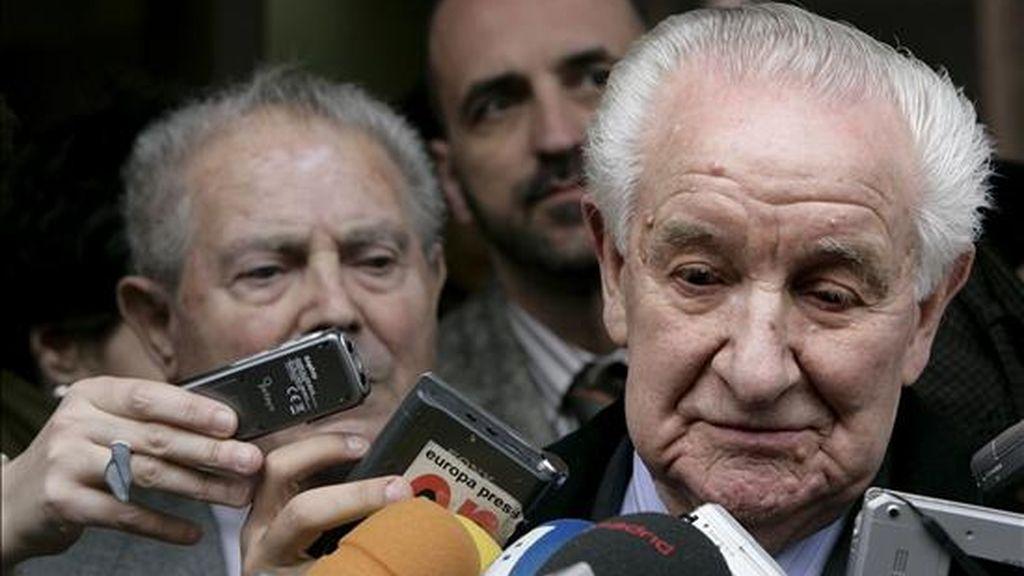 Ramiro Santisteban (d) y Jesús Tello (i), dos supervivientes españoles del holocausto nazi, tras salir hoy de la Audiencia Nacional. EFE