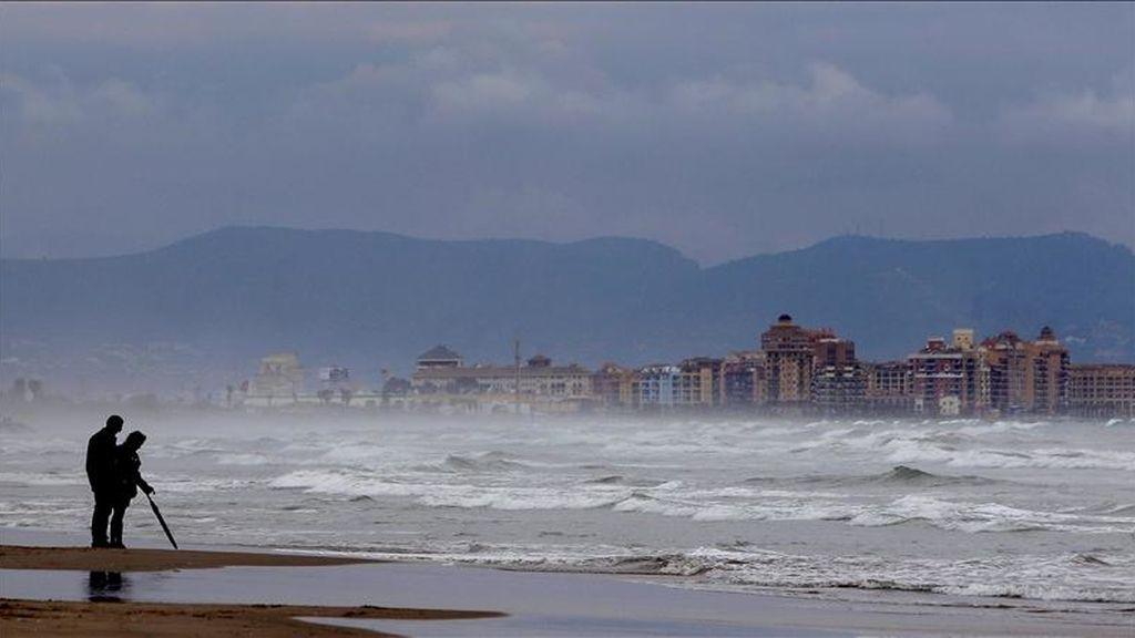 Una pareja paseando el pasado lunes por la playa de La Malvarrosa, en Valencia. EFE