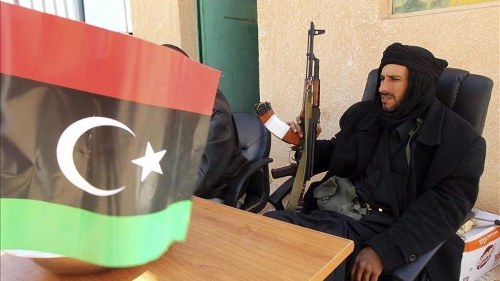 Un rebelde libio permanece en el punto fronterizo de Wazin, sur de Libia. EFE