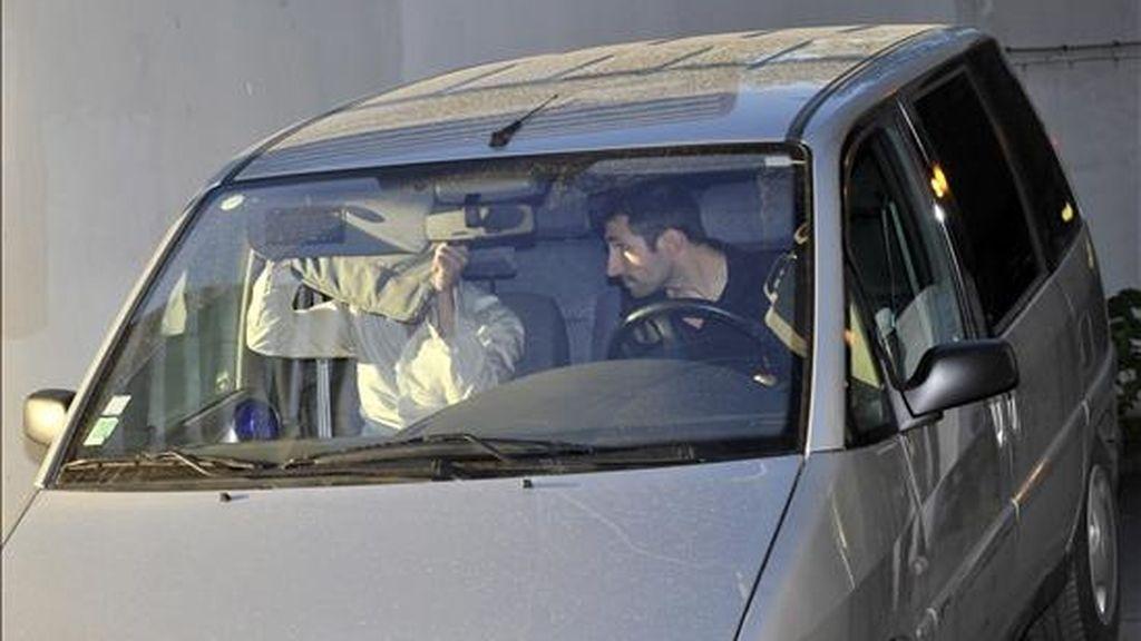 Un vehículo policial saliendo de la oficina principal de la brigada de investigación financiera en París, el pasado 16 de julio. EFE