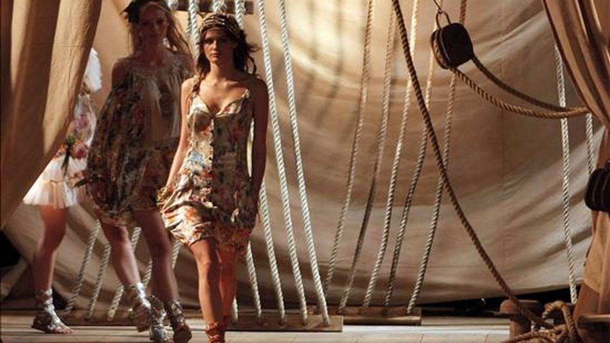 Dos modelos desfilan creaciones de la marca Cantao, durante la XV Semana de la Moda de Río de Janeiro (Brasil). EFE
