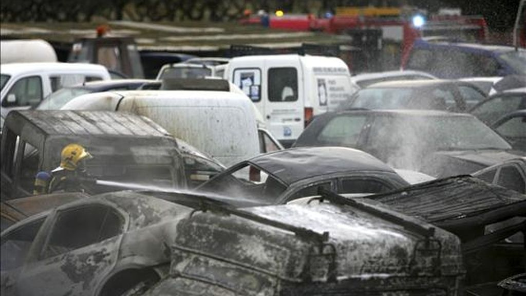 En la imagen, un miembro del cuerpo de Bomberos de la Generalitat trata de sofocar un incendio en un desguace de coches en Tarragona. EFE/Archivo