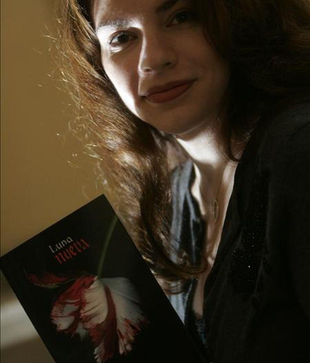 """La escritora Stephanie Meyer posa con un ejemplar de su obra """"Luna Nueva"""". EFE/Archivo"""