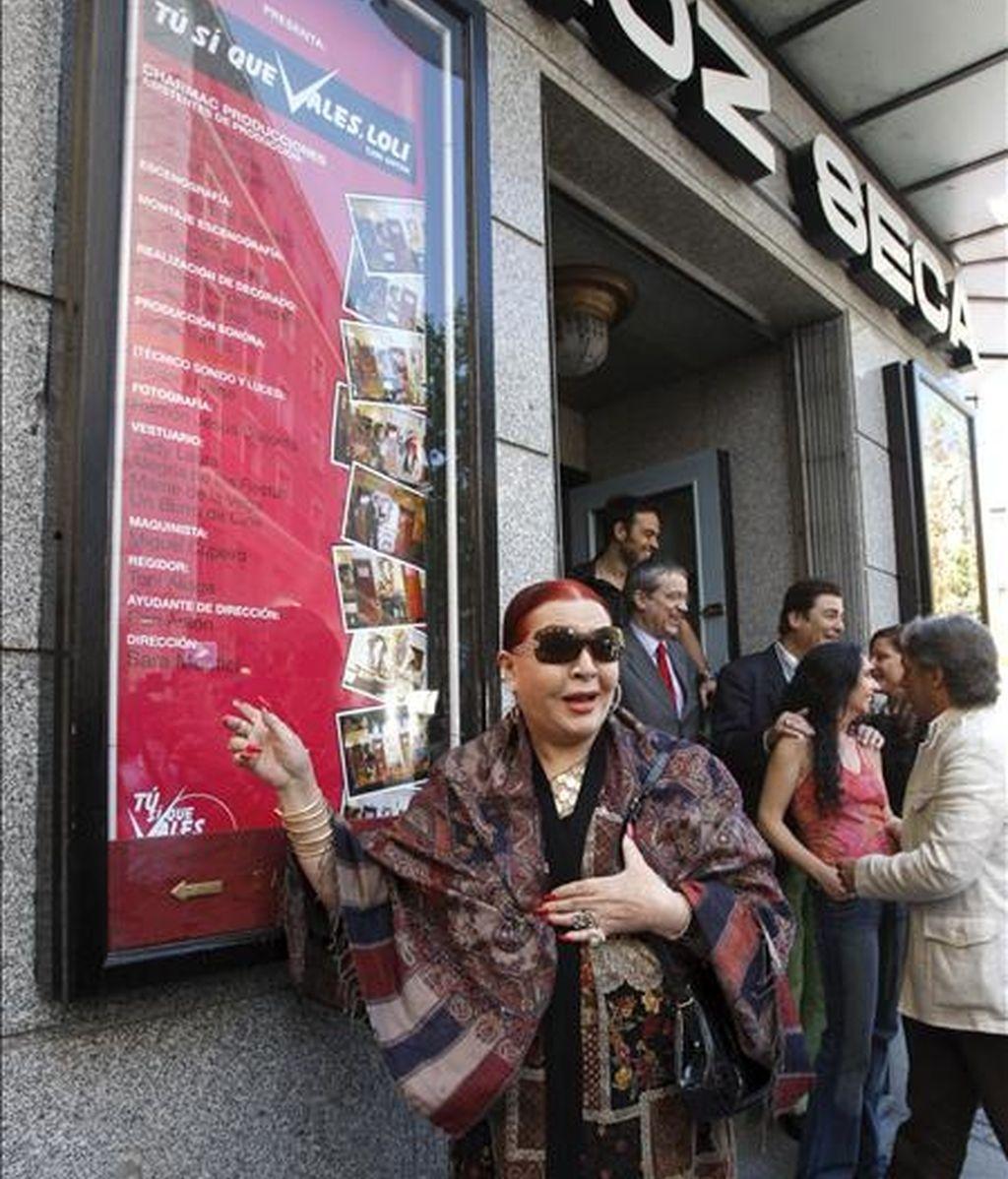 """Sara Montiel posa a las puertas del Teatro Muñoz Seca de Madrid, junto al cartel de la obra teatral """"Tu si que vales, Loli"""", en la que la artista debuta como directora. EFE"""
