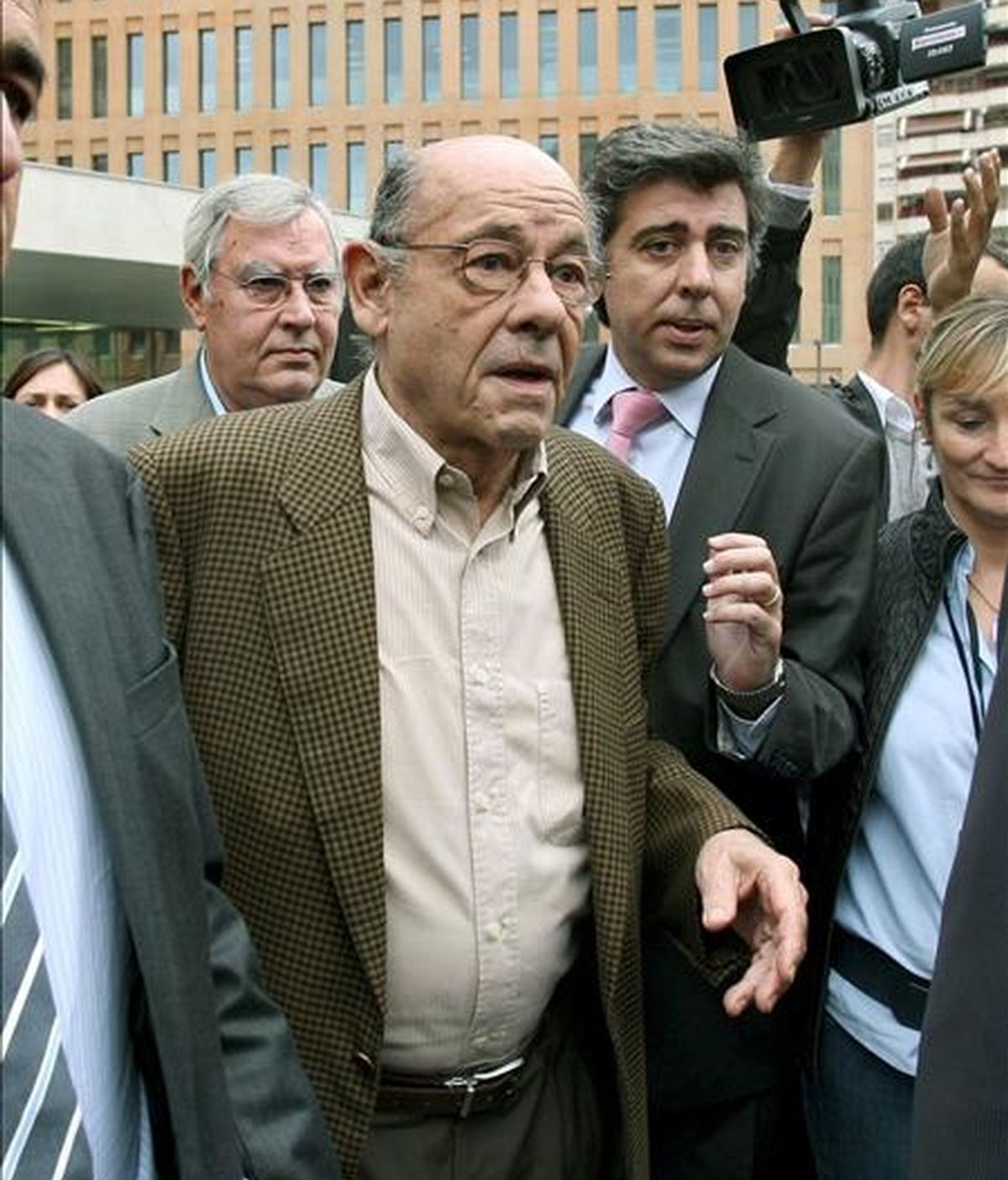 El ex presidente del Palau de la Música, Félix Millet (c), a su salida del juzgado en la Ciudad de la Justicia de Barcelona, donde declaró en 2009 como imputado por falsedad documental y apropiación indebida. EFE/Archivo