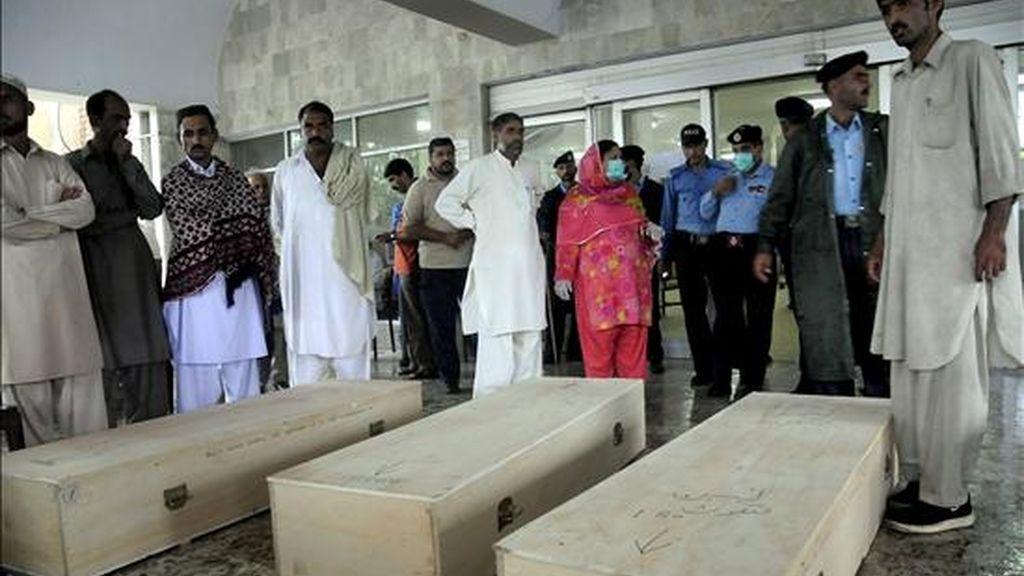 Familiares de las víctimas observan los féretros que contienen los restos mortales de los pasajeros del vuelo de Air Blue accidentado ayer, en Islamabad (Pakistán). Los 152 ocupantes de un avión de la compañía aérea privada Air Blue que cubría la ruta Karachi-Islamabad fallecieron cuando éste se estrelló en unas colinas próximas a la capital paquistaní cuando se disponía a aterrizar. EFE