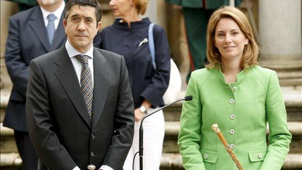 En la imagen, el lehendakari, Patxi López, y la presidenta del Parlamento Vasco, Arantza Quiroga, bajo el árbol de Gernika durante el acto solemne en el que López prometió su cargo. EFE/Archivo