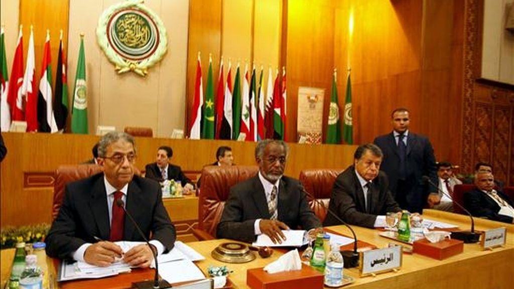 El secretario general de la Liga Árabe, Amr Moussa (i), y el ministro sudanés de Exteriores, Ali Ahmed Karty (c), asisten a la reunión extraordinaria de ministros de Exteriores de la Liga Árabe celebrada en El Cairo, Egipto, hoy martes 24 de junio. EFE