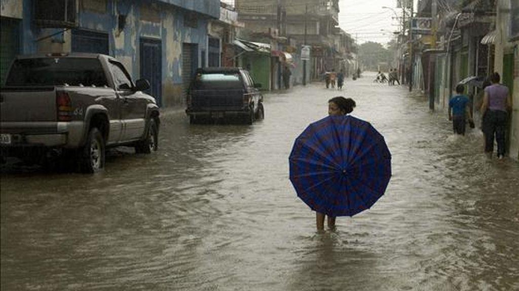 Las lluvias, que comenzaron en noviembre y se acentuaron en las últimas dos semanas, han provocado derrumbes en zonas pobres de Caracas, inundaciones de poblados rurales, así como la destrucción de carreteras y puentes. EFE/Archivo