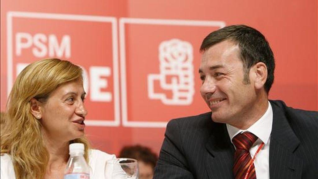 El secretario general del PSM y candidato a la reelección, Tomás Gómez, conversa con la secretaria de organización Trinidad Rollán. EFE/Archivo