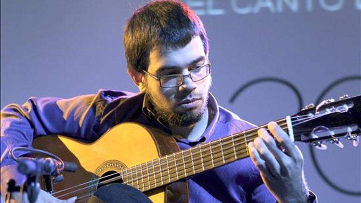 """El guitarrista extremeño, Javier Conde, en un momento del acto homenaje por la reciente incorporación de las candidaturas españolas a la Lista de Patrimonio Cultural Inmaterial de la UNESCO, entre ellos """"el flamenco"""", que se celebró  en el Museo Reina Sofia de Madrid. EFE"""