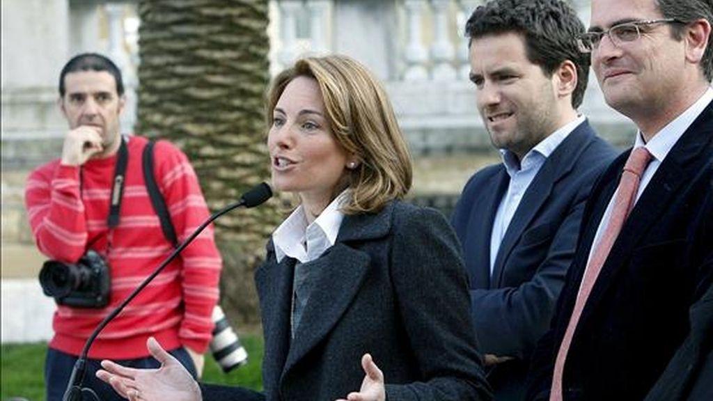 La vicesecretaria del PP en el País Vasco, Arantza Quiroga, que será la presidenta del Parlamento vasco, hoy en San Sebastián en presencia de los dirigentes populares vascos, Antonio Basagoiti (d) y Borja Sémper (2d). EFE