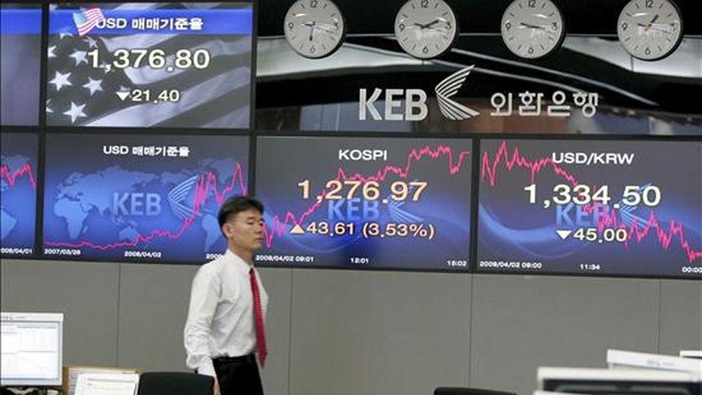 Un empleado del Banco de Cambio de Corea del Sur pasa por delante de una pantalla en la que se muestran las divisas extranjeras en Seúl (Corea del Sur). EFE/Archivo