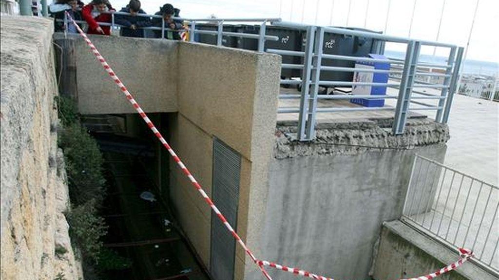 Lugar desde donde se precipitó un niño al ceder una de las rejas metalicas de la azotea del aparcamiento de La Pedrera de Tarragona. EFE