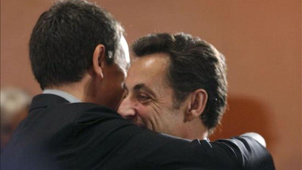 El presidente del Gobierno, José Luis Rodríguez Zapatero (i), abraza a su homólogo francés, Nicolas Sarkozy, antes de una reunión de la cumbre del G-20 el pasado 22 de febrero, en Berlín. EFE/Archivo