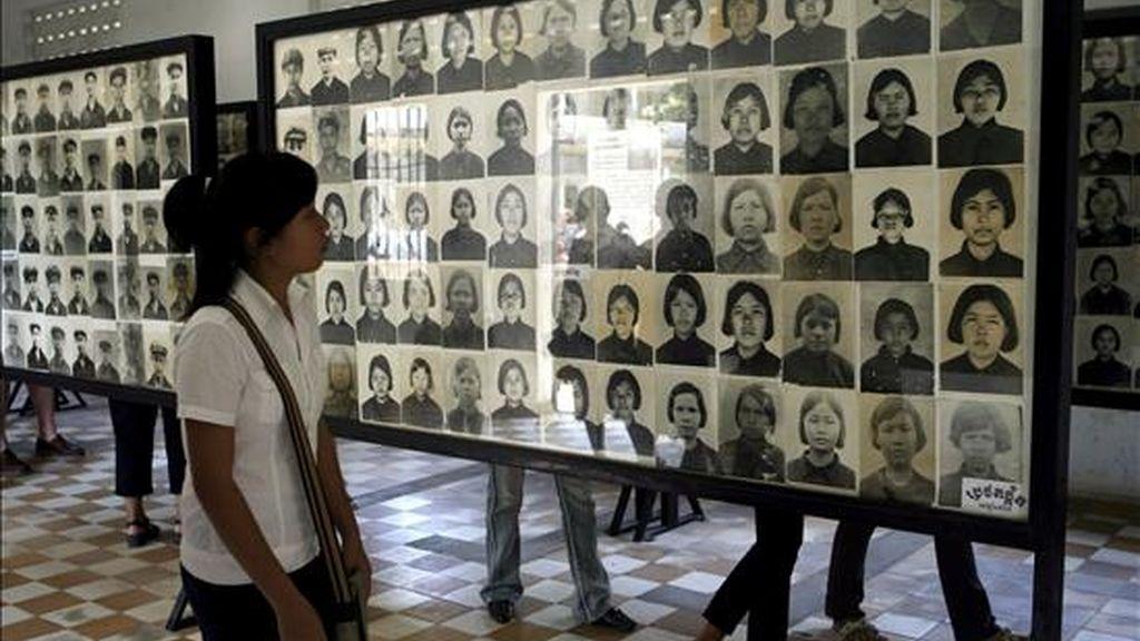 """Varias estudiantes camboyanas observan fotografías de víctimas de los Jemeres Rojos mientras visitan el Museo Tuol Sleng del Genocicio (Prisión S-21) en Phnom Penh (Camboya) hoy viernes 27 de marzo. El Tribunal ordenó que la vista del jicio contra Kaing Guek Eav, alias """"Duch"""", se reanudara este 30 de marzo. EFE/Archivo"""