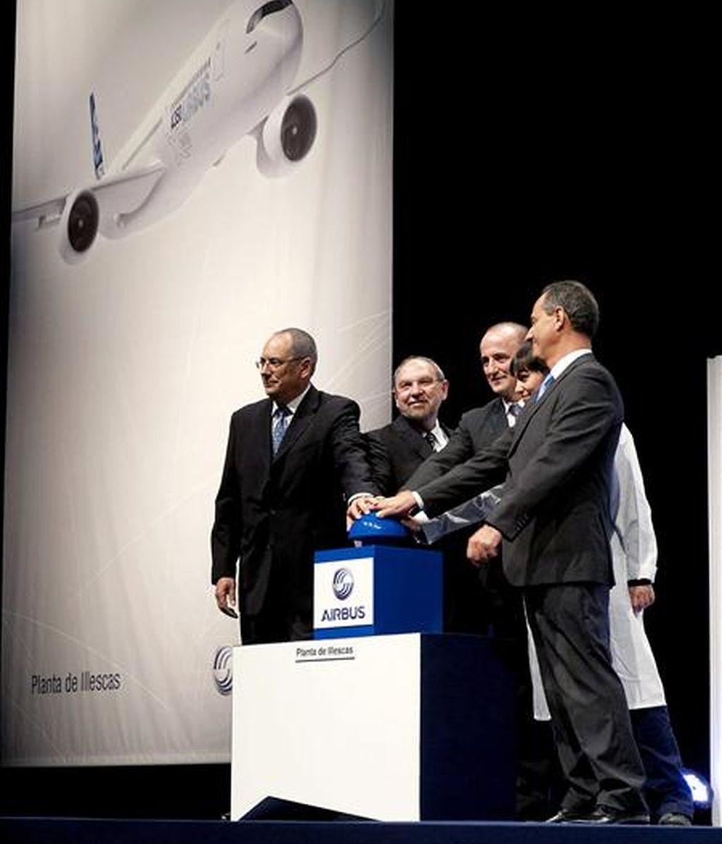 El ministro de Industria, Miguel Sebastián (3i), y el vicepresidente ejecutivo de Operaciones de Airbus, Gerard Weber (2i), entre otros, durante el acto protocolario del inicio de la producción del programa Airbus A350 XWB en España, en la factoría que el constructor aeronáutico tiene en la localidad toledana de Illescas. EFE