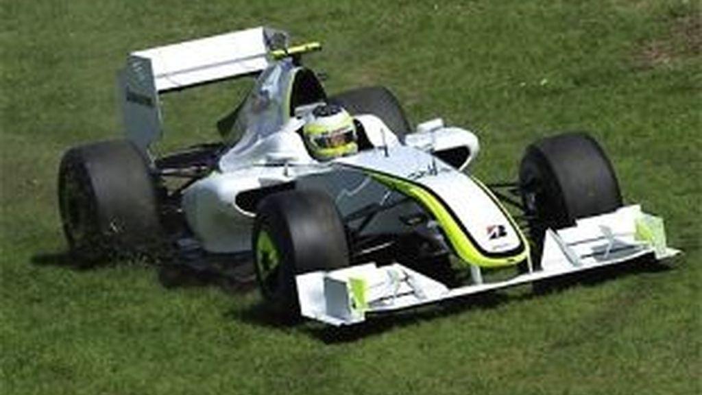 Barrichello 'probó' el césped de Albert Park. FOTO: AP.