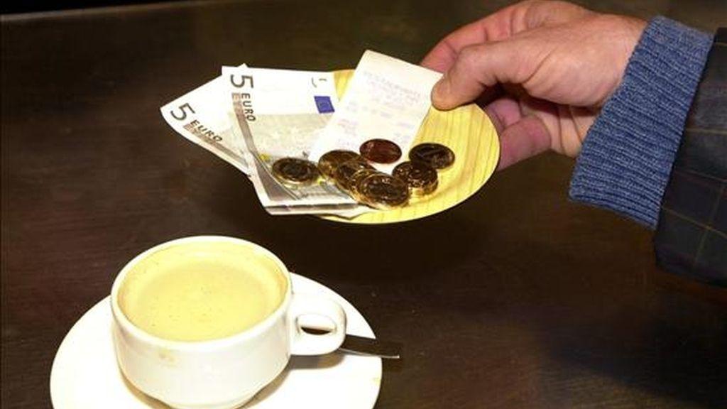 En la imagen, un ciudadano recoge el cambio tras pagar un café. EFE/Archivo