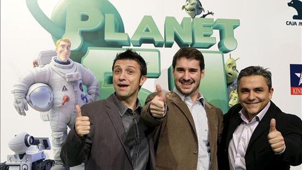 """Los directores de """"Planet 51"""", Marcos Martínez (i), Javier Abad (c) y Jorge Blanco, posan durante el preestreno de la película española de animación, en la localidad madrileña de Pozuelo de Alarcón. EFE/Archivo"""