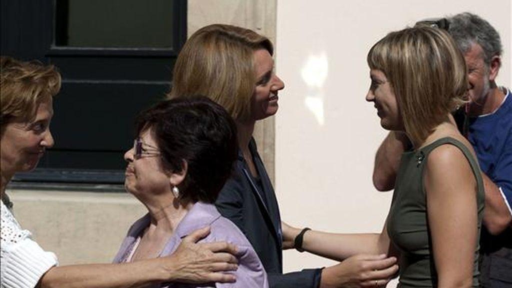 La presidenta del Parlamento vasco, Arantza Quiroga (i), saludando a Sandra Carrasco, hija del último concejal asesinado por ETA, Isaías Carrasco, antes del pleno especial celebrado en el Parlamento autónomo y dedicado a los concejales asesinados. EFE