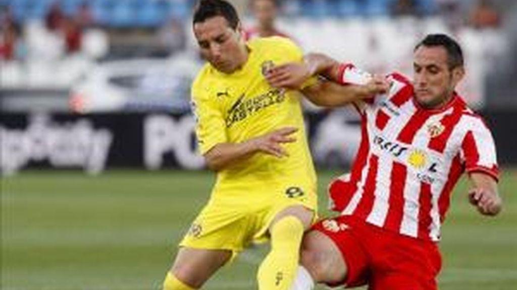 El centrocampista del Almeria Juanma Ortiz (d), pelea un balón con el centrocampista del Villarreal, Santi Cazorla, durante el encuentro correspondiente a la trigésimo sexta jornada de primera división en el Estadio de los Juegos Mediterraneos de Almeria. EFE