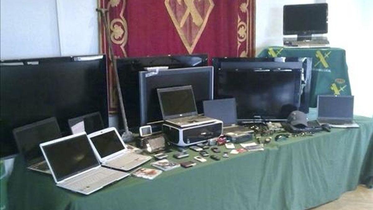 En la imagen, vista del material incautado por la Guardia Civil. EFE