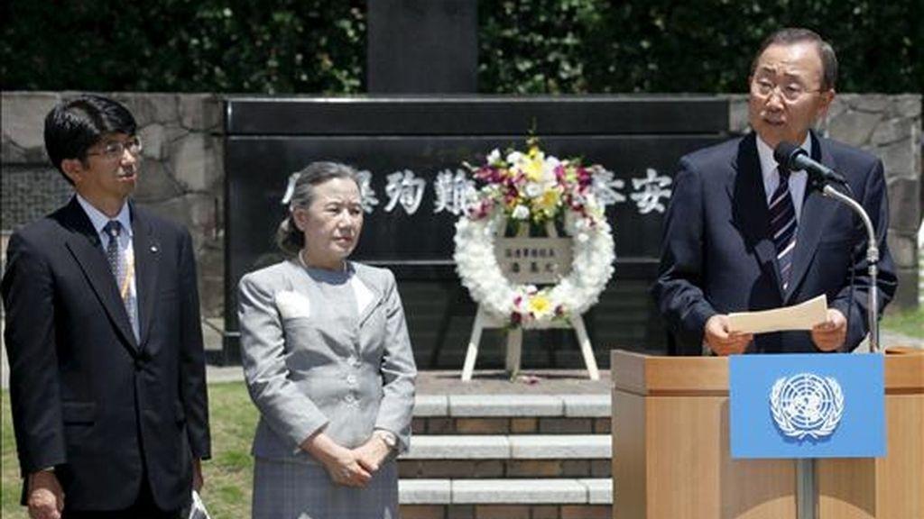 El secretario general de Naciones Unidas, Ban Ki-moon (d), pronuncia un discurso junto a su esposa, Ban Soon-taek (c), y al alcalde de Nagasaki, Tomihisa Taue, durante su visita a la zona cero de la bomba atómica de Nagasaki (Japón). EFE
