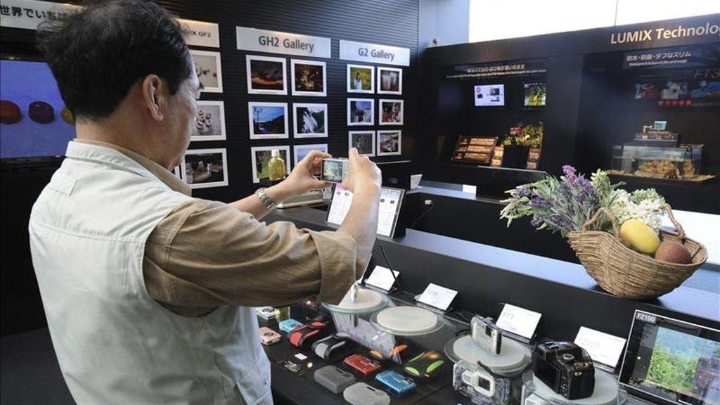 Un consumidor japonés prueba hoy una cámara Lumix de Panasonic en la sede de la compañía en Tokio (Japón). El gigante japonés Panasonic anunció hoy que recortará unos 17.000 empleos en el mundo durante los próximos dos años, después de haber reducido desde marzo de 2010 otros 17.650 puestos de trabajo. EFE