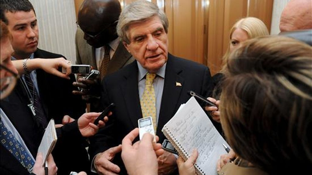 """En un comunicado, el senador demócrata conservador Ben Nelson (c), que hasta ahora había expresado sus dudas acerca de la medida, indicó que finalmente votará """"sí"""" en favor de la reforma. EFE/Archivo"""