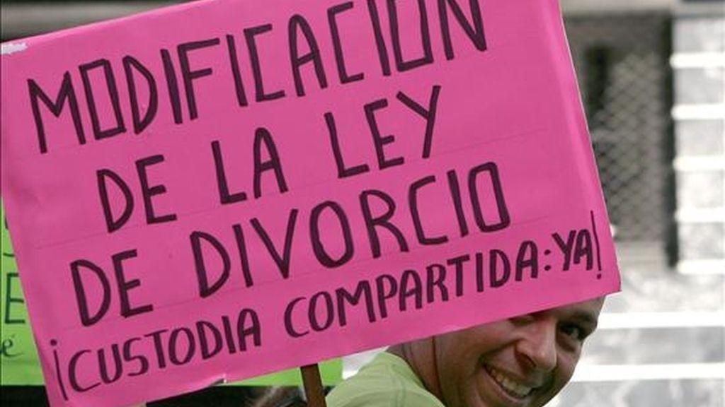 Cartel de los padres y madres de la Asociación Tenerife por la Custodia Compartida durante una marcha por el centro de Santa Cruz. EFE/Archivo