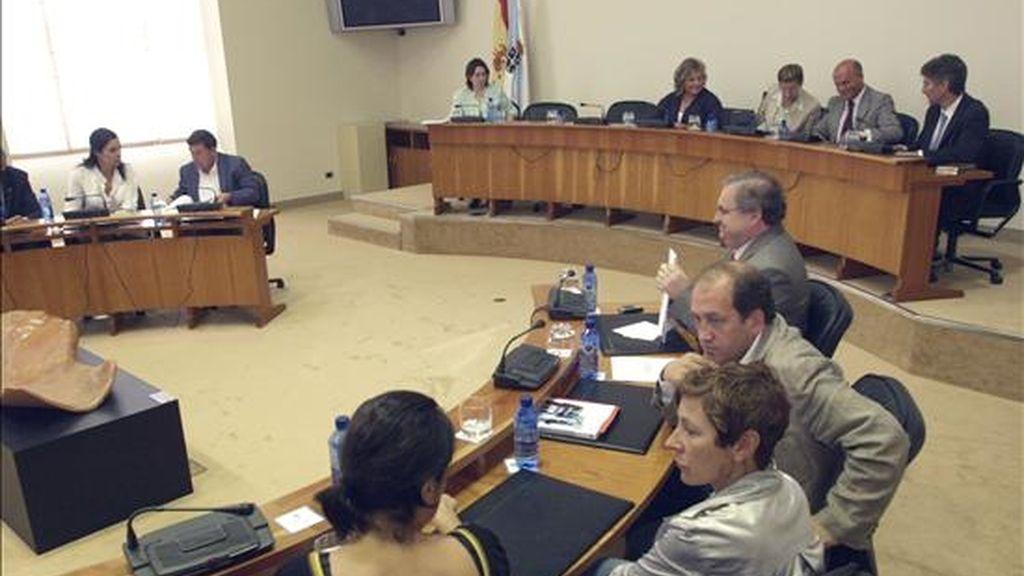 Vista de una sesión celebrada el pasado mes de julio en el interior del Parlamento de Galicia con los miembros de la Diputación Permanente, para debatir la reforma del voto emigrante. EFE/Archivo