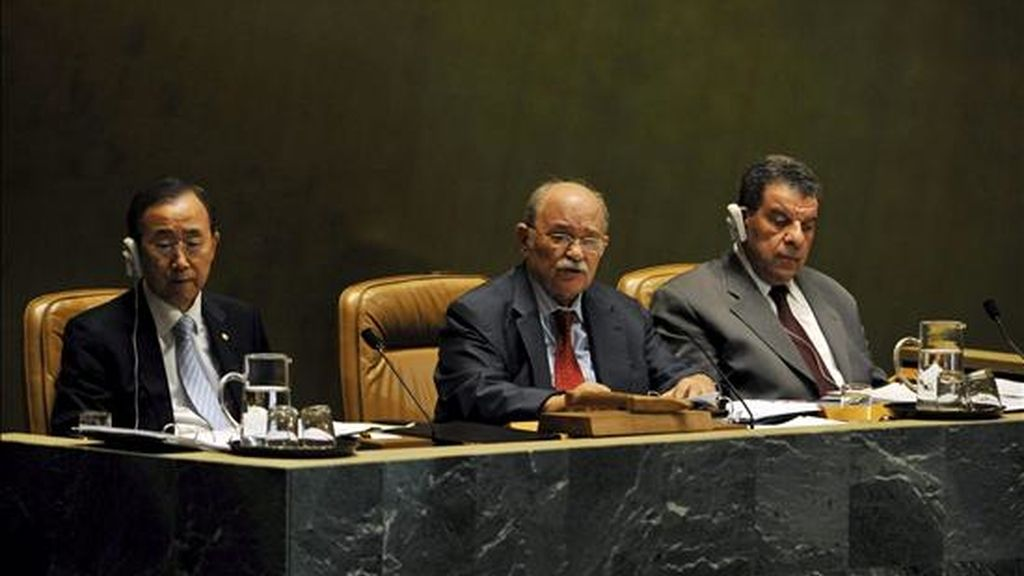 El secretario general de Naciones Unidas (ONU), Ban Ki Moon (i), junto al presidente de la Asamblea General de la ONU, Miguel d'Escoto (c), durante la apertura de una conferencia sobre la crisis económica y su impacto en el desarrollo. EFE