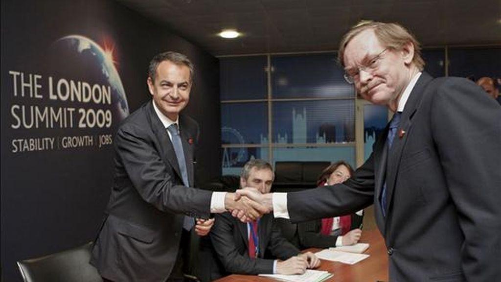 El presidente del Gobierno español, José Luis Rodríguez Zapatero (i), y el presidente del Banco Mundial, Robert Zoellick (d), se estrechan la mano durante una reunión bilateral en el marco de la cumbre del G-20, en Londres. EFE