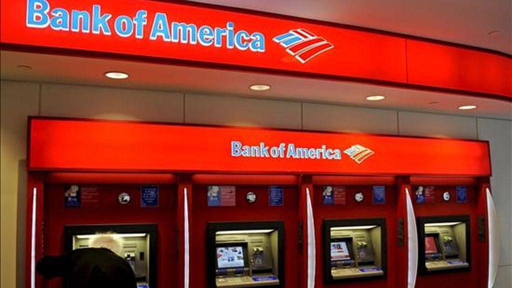 Un cliente del Bank of America utilizan los cajeros automáticos de una sucursal en Nueva York, Estados Unidos. Bank of America tuvo un beneficio de 4.247 millones de dólares durante el primer trimestre del año, lo que significa que el banco estadounidense ganó en los tres primeros meses de 2009 más que en todo 2008. EFE