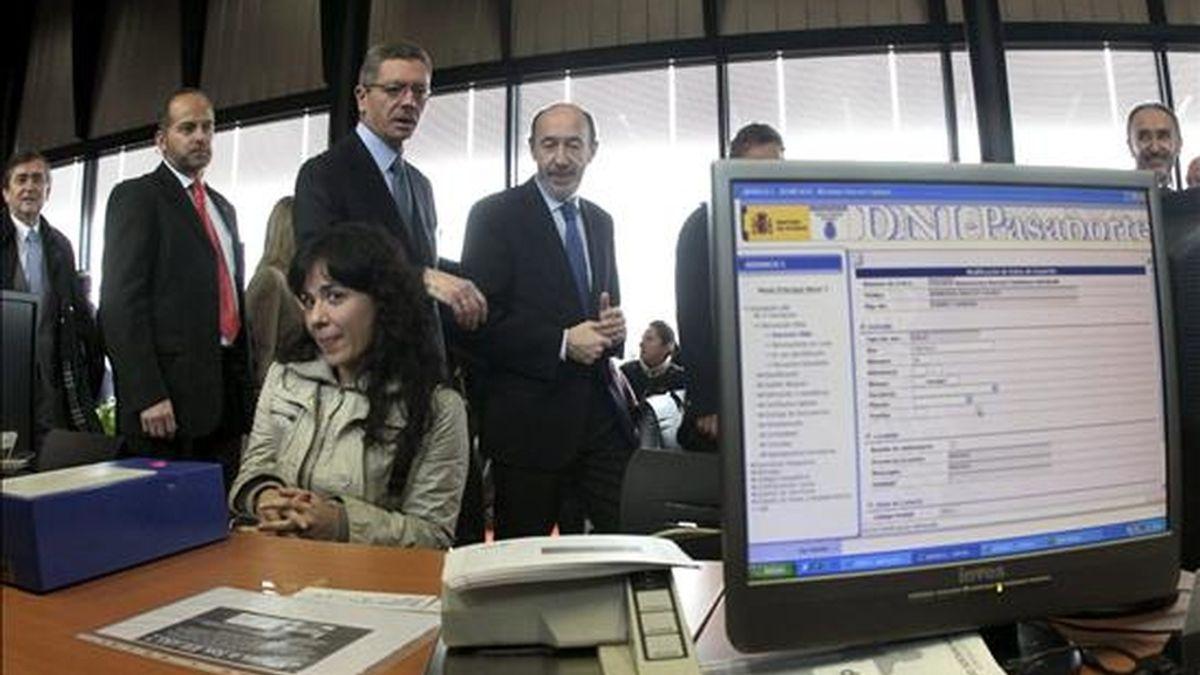El vicepresidente primero y ministro del Interior, Alfredo Pérez Rubalcaba (d), charla con el alcalde de Madrid, Alberto Ruiz-Gallardón, durante la inauguración de la nueva comisaría de la Policía Nacional en el madrileño distrito de Usera-Villaverde. EFE
